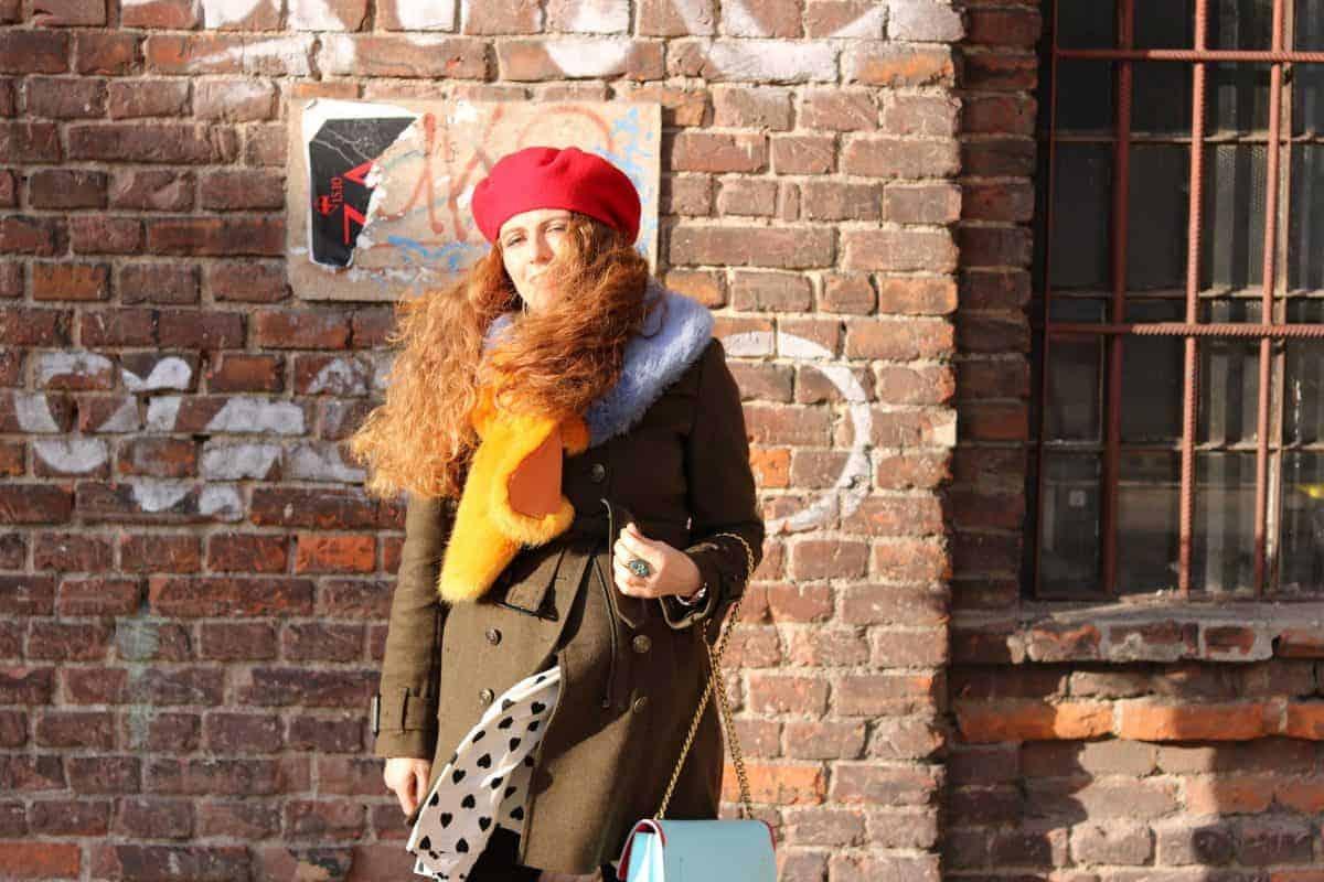 Kobieta w ciąży na tle ceglanej ściany