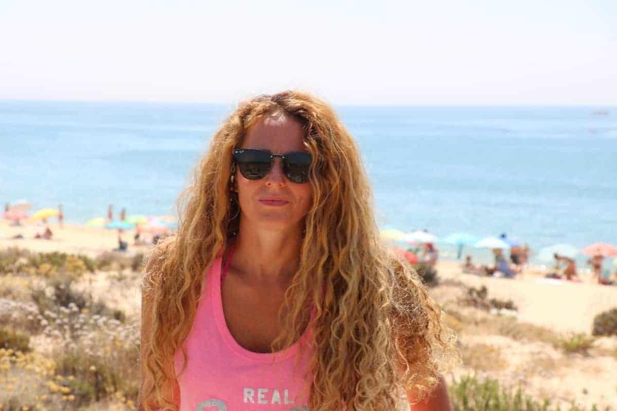 Połączenie między tarczycą i jelitami - kobieta nad morzem