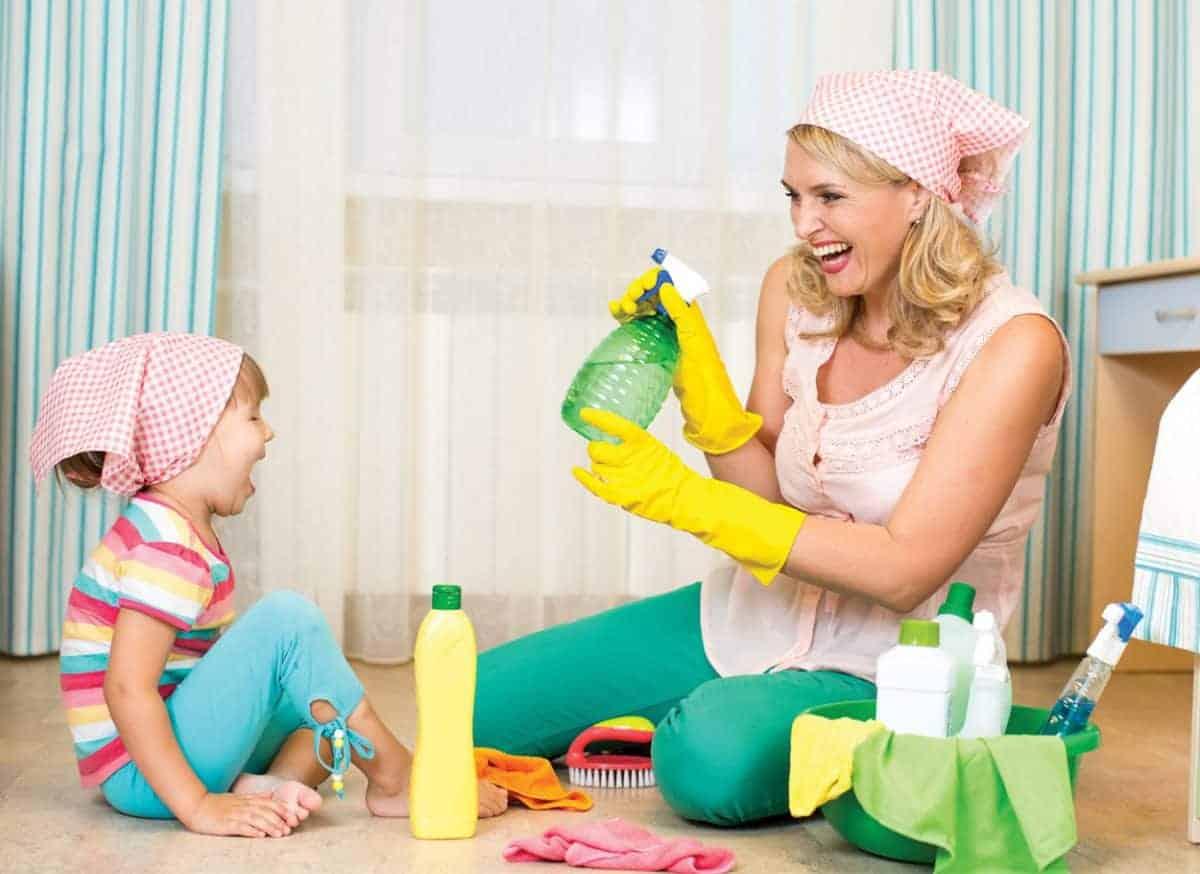 Mama i dziecko sprzątają - chemiczne środki czystości