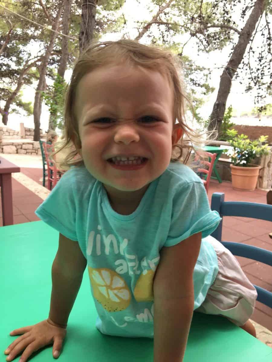 Dlaczego dzieci mają krzywe zęby i jak temu zaradzić?