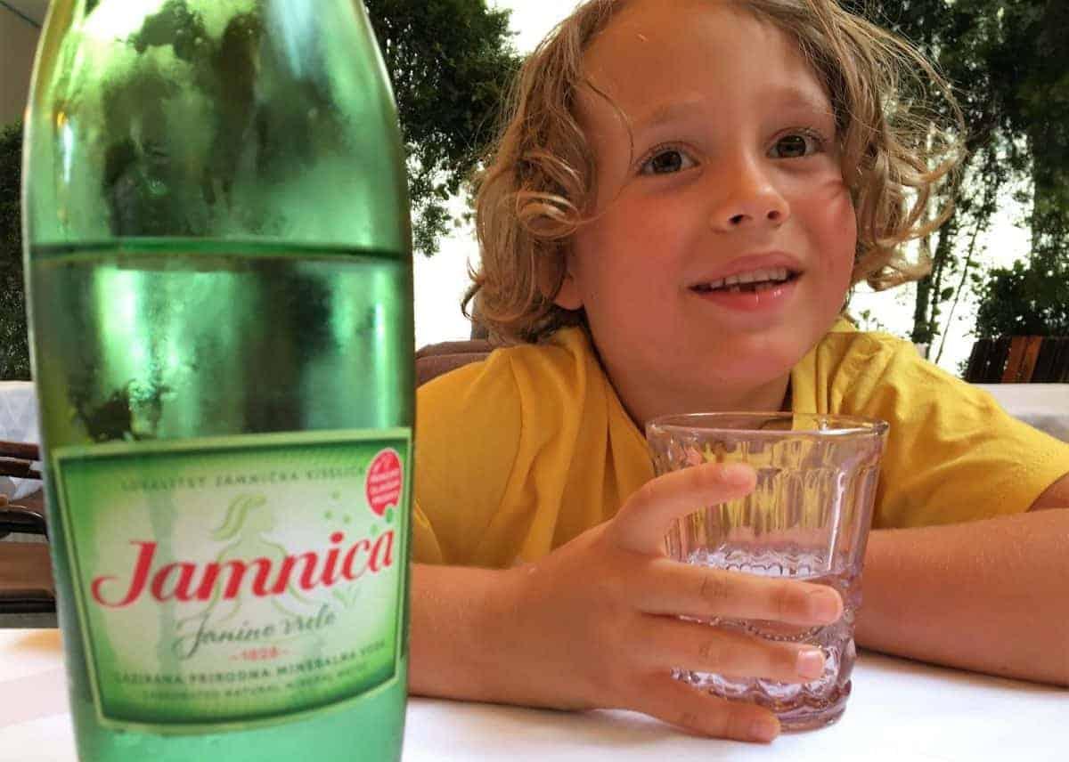 Czy woda gazowana jest zdrowa dla dziecka?